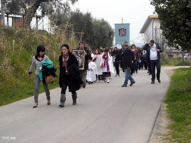 La Compagnia di Verna Ulisse sulla via verso il paese