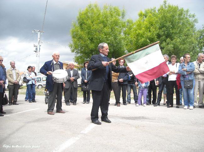 """Valente Luigi prosegue nella """"menata"""" della bandiera."""