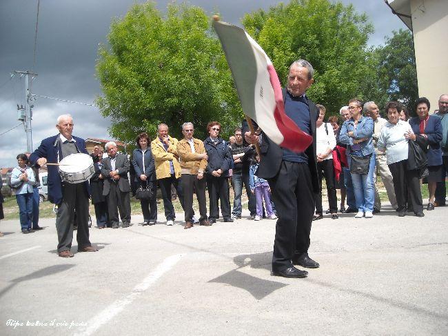 ...Il susseguirsi dello srotolamento e successivo riavvolgimento della bandiera ....