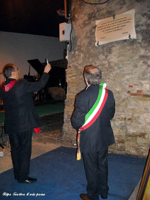 Mons. Camillo Cibotti, ex parroco di Ripa, benedice la lapide