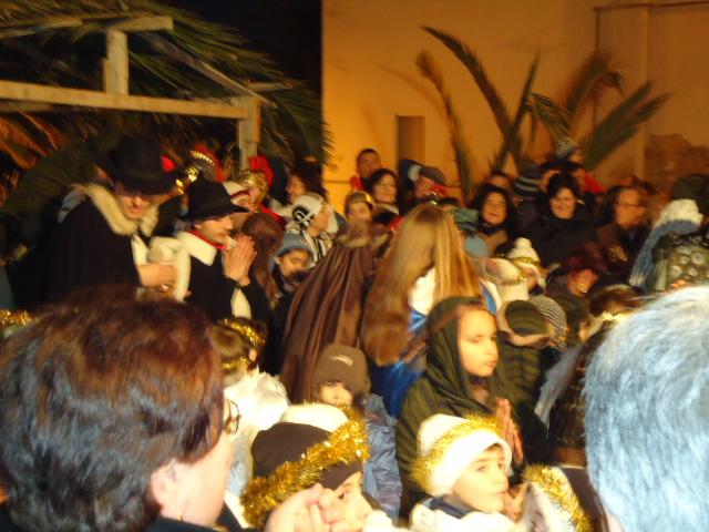 In pastori si accalcano davanti alla capanna ove Gesù è nato.