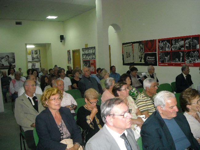 I partecipanti alla serata ascoltano con attenzione la declamazione poetica