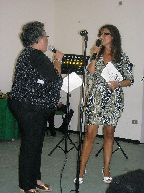 La poetessa Liberatore Alessandra si prepara a declamare la sua poesia