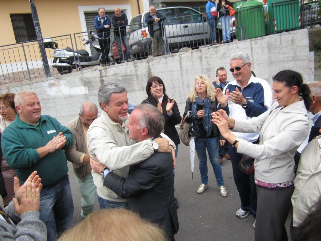 Il dr. Petrucci, sindaco uscente, abbraccia Rucci Ignazio, neo sindaco di Ripa Teatina
